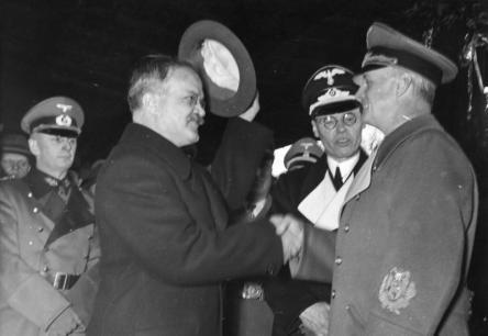 Der Vorsitzende des Rates der Volkskommissare der UdSSR und Volkskommissar für auswärtige Angelegenheiten, Herr W.M. Molotow verließ heute Vormittag die Reichshauptstadt. U.B.z.: Der sowjetrussische Regierungschef und Außenkommissar verabschiedet sich von dem Reichsminister des Auswärtigen von Ribbentrop auf dem Anhalter Bahnhof.
