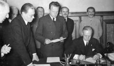 Scherl: Die Unterzeichnung in Moskau. Als Ergebnis der Moskauer Besprechungen wurde vom Reichsminister des Auswärtigen v. Ribbentrop und vom Vorsitzenden des Rates der Volkskommissare und Außenkommissar Molotow im Kreml eine gemeinsame politische Erklärung und der Freundschaftsvertrag zwischen der Reichsregierung und der Regierung der UdSSR unterzeichnet. Unser Bild zeigt Reichsaußenminister v. Ribbentrop während der Unterzeichnung. Links neben ihm der sowjetrussische Botschafter in Berlin Schkarzew; dahinter (von rechts) Stalin, Außenkommissar Molotow und der Generalstabschef der sowjetrussischen Armee Stapostnikow. ADN-ZB/Archiv Sowjetunion, September 1939 In Moskau wird am 28.9.1939 zwischen dem Deutschen Reich und der UdSSR ein Grenz- und Freundschaftsvertrag sowie eine gemeinsame politische Erklärung unterzeichnet. Der deutsche Reichsaußenminister Joachim von Ribbentrop während der Unterzeichnung; stehend v.r. J. W. Stalin, der Vorsitzende des Rates der Volkskommissare W. M. Molotow, der sowjetische Botschafter in Berlin Schkwarzew und der sowjetische Generalstabschef B. M. Schaposchnikow. 11983-39